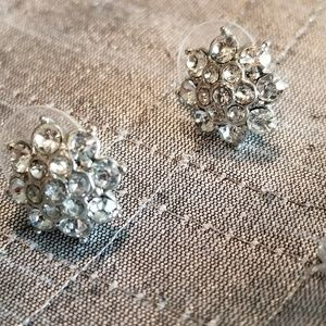 A floral perfect statement! Sparkling earrings.